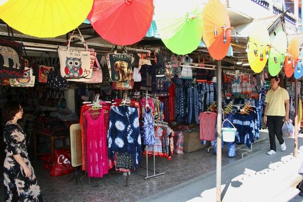 カラフルな傘で彩られているボーサンメインストリーのお店-1