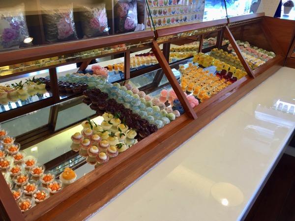バーンクワンのショーケースに並べてあるタイ菓子