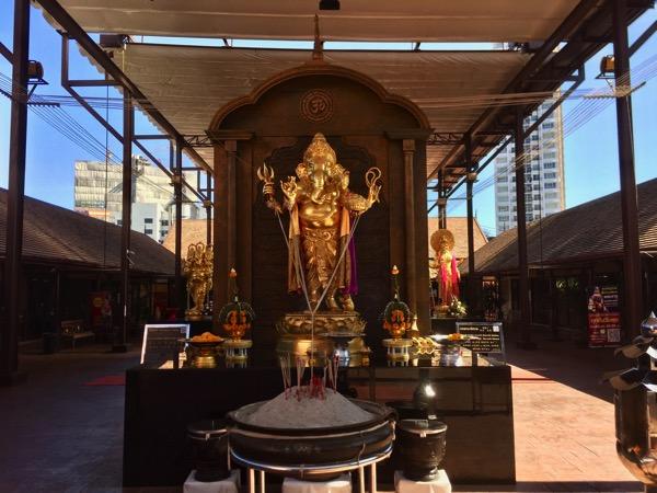 チェンマイバスターミナル2の黄金のガネーシャ