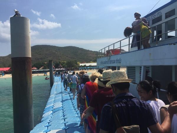 船からサマエビーチにかかる桟
