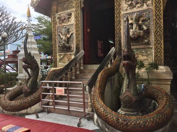 ワットゲートガラムの本堂を護っている二頭の蛇神ナーガ