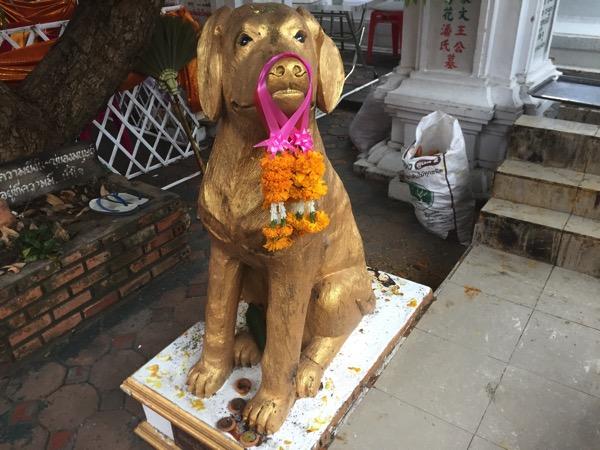 ワットゲートガラムの犬のオブジェ