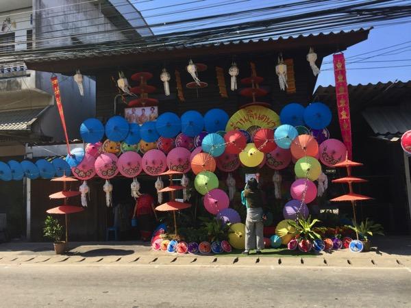 カラフルな傘で彩られているボーサンメインストリーのお店-2