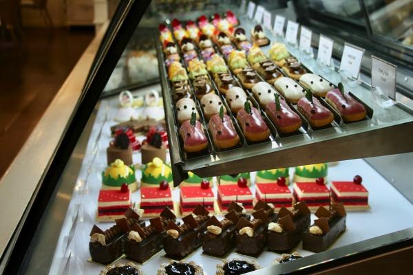 CHIANGMAI-Dhara Dhevi Cake Shopのショーウィンドウ