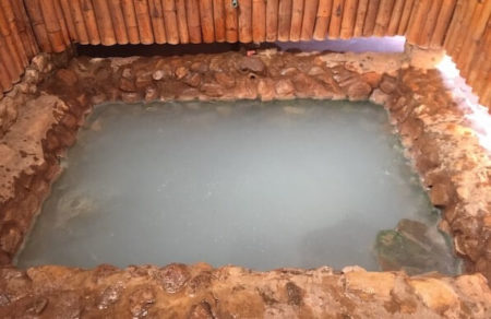 チェンマイのポーンクワー温泉の乳白色の湯をはった湯船