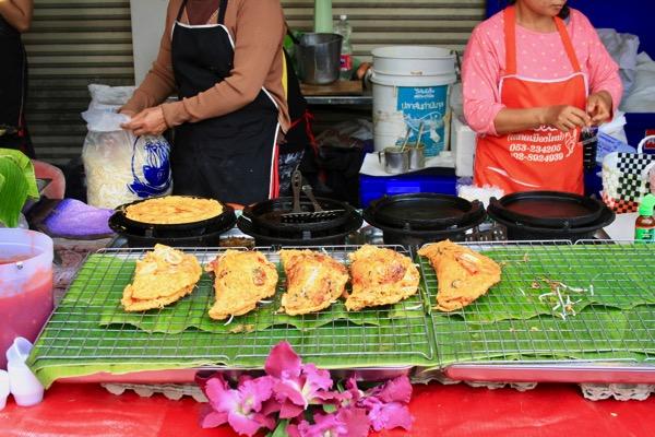 チェンマイフラワーフェスティバルのタイ風お好み焼き屋台