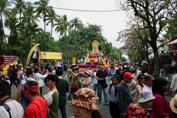 チェンマイフラワーフェスティバルの花山車と一緒に記念写真を撮る観光客−5