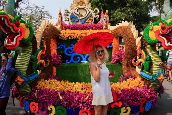 チェンマイフラワーフェスティバルの花山車と一緒に記念写真を撮る観光客−2