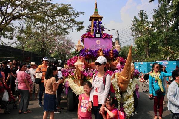 チェンマイフラワーフェスティバルの花山車と一緒に記念写真を撮る観光客−3
