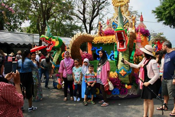 チェンマイフラワーフェスティバルの花山車と一緒に記念写真を撮る観光客−1