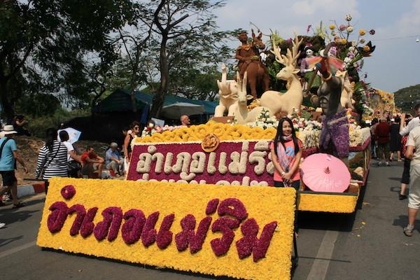 チェンマイフラワーフェスティバルの花山車と一緒に記念写真を撮る観光客−4