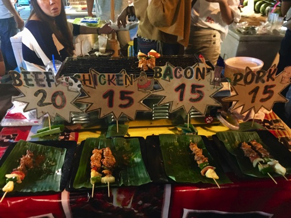サンカムペーンナイトマーケットの1串15バーツのバーベキュー