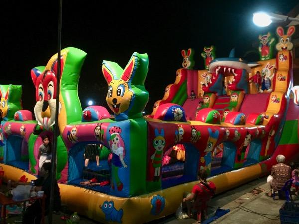 ローカルナイトマーケットの子供用の遊び場