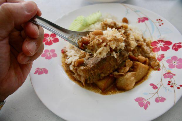 イスラム系マッサマンカレーのご飯をスプーンですくってくる写真