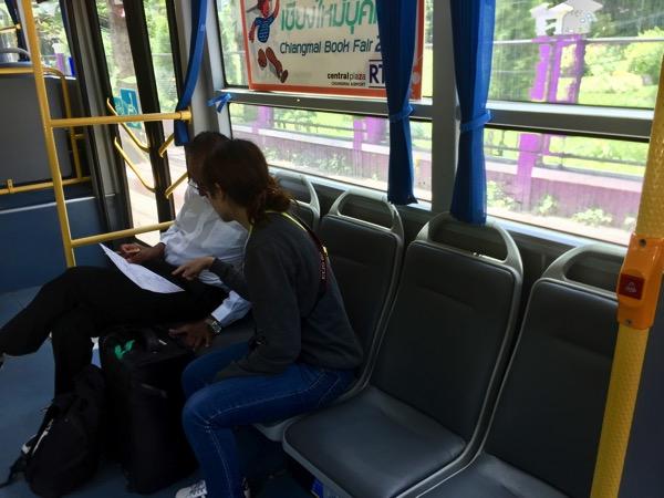 チェンマイスマートバスのバス乗務員