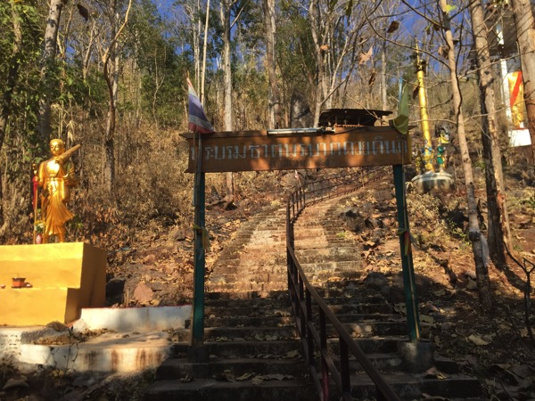 メーソートのワットプラタートドーイヒンギウの山頂の寺院に通じる階段の登り口