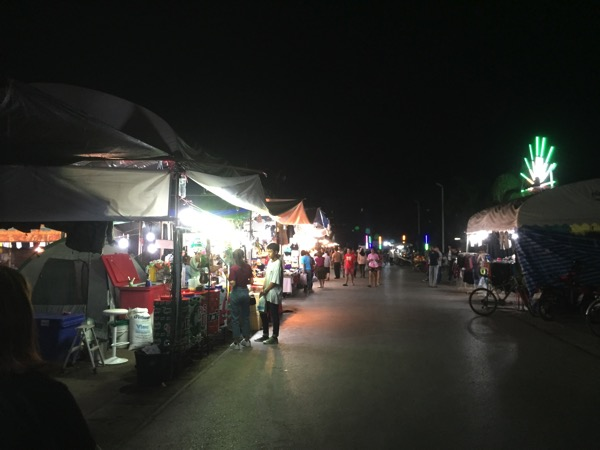 メーソードの役所の敷地内で週末開催されるナイトマーケット
