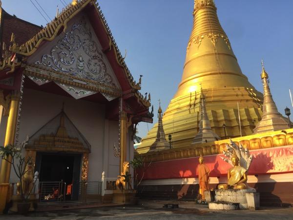 メーソートお寺-ワットマニープライソンの仏塔のウィハーン