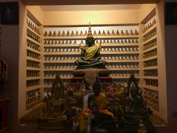 メーソート寺院-ワットマニープライソンのエメラルド仏を取り囲む小さなエメラルド仏