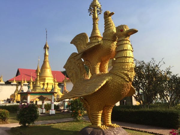 メーソート寺院-ワットタイワッタナタームの羽の黄金の白鳥