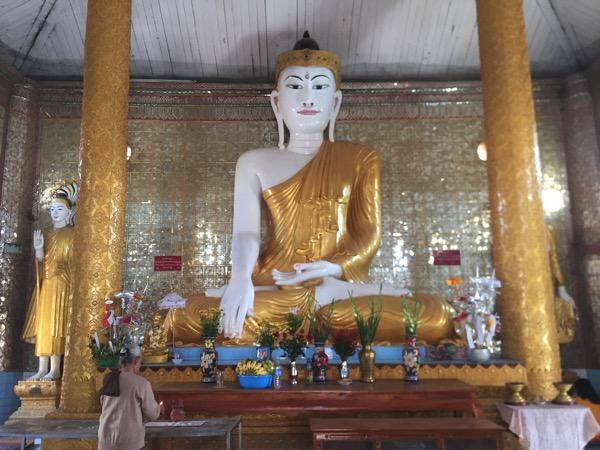 ミャワディ-ワットジェーディートーンの本堂に安置されている仏像