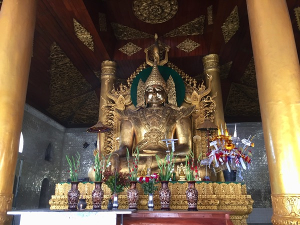 ミャワディ-ワットジェーディートーンの仏堂に安置されている仏像