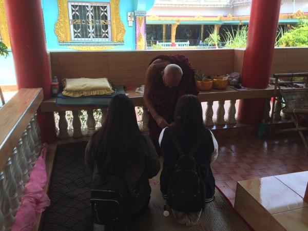 ミャワディのワニ寺でサーイシン(聖糸)を巻いてもらっているタイ人観光客