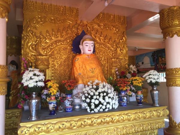 ワットモーンプラユーンの本堂に安置されている穏やかな表情の仏像