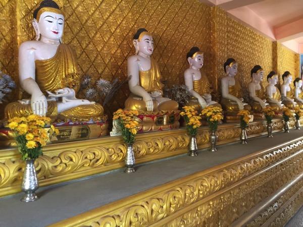 ワットモーンプラユーンの回廊に陳列されている仏像