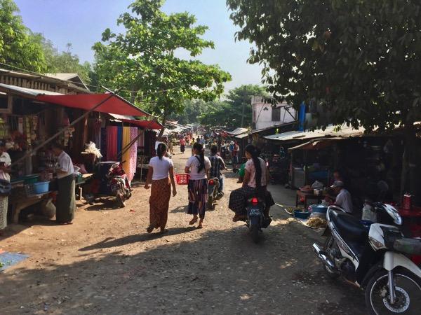 ミャワディのローカル市場に食料品や日用品を買いに来る現地の人