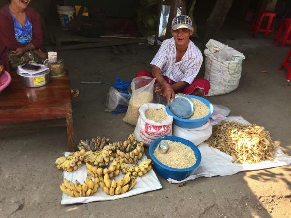 ミャワディのローカル市場-お米とバナナ