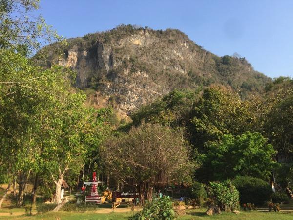 メーガザ温泉を囲む岩山