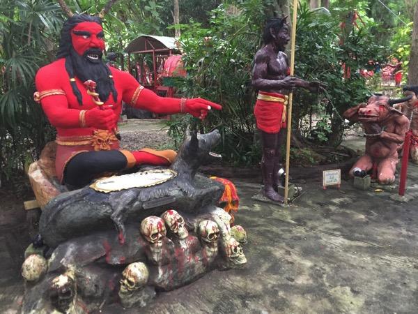 チェンマイの地獄寺で道案内をする鬼