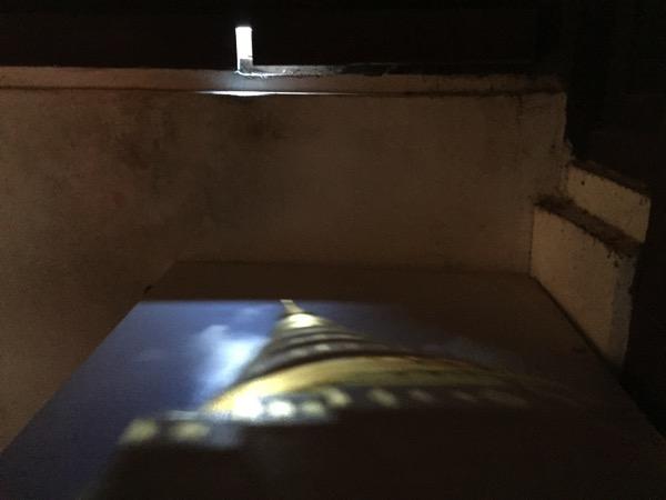 壁の隙間から射し込んだ光が屈折して映し出す正面の仏塔