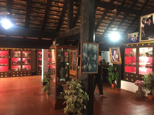 ワットプラタートラムパーンルアンの博物館に展示されている資料を熱心に見学する年配のタイ人