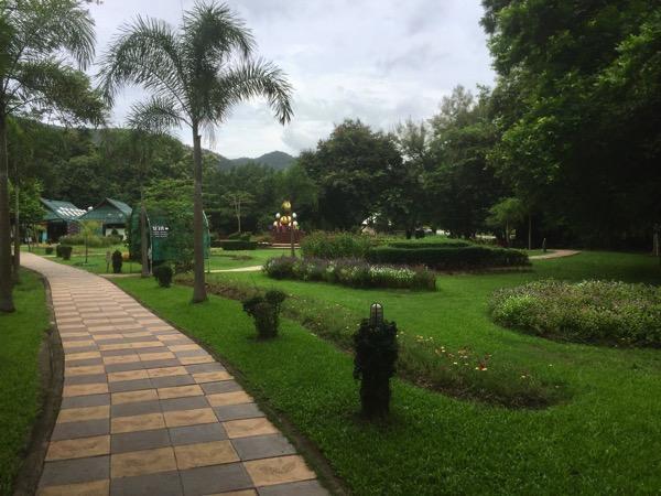 サンカムペーン温泉の園-きれいに刈り込まれた芝生