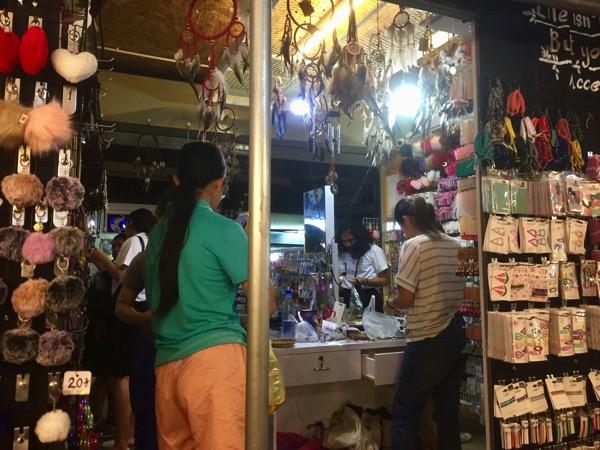 チェンマイコンプレックスのプレハブエリアのアクセサリー売り場