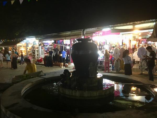 チェンマイ大学前のナーモー市場前のローカルな雰囲気