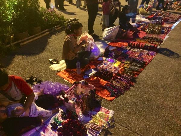 ターペー門広場でお土産を売る山岳民族