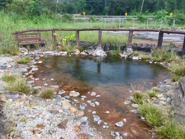 テープパノム温泉の園内のあちこちで湧出する温泉