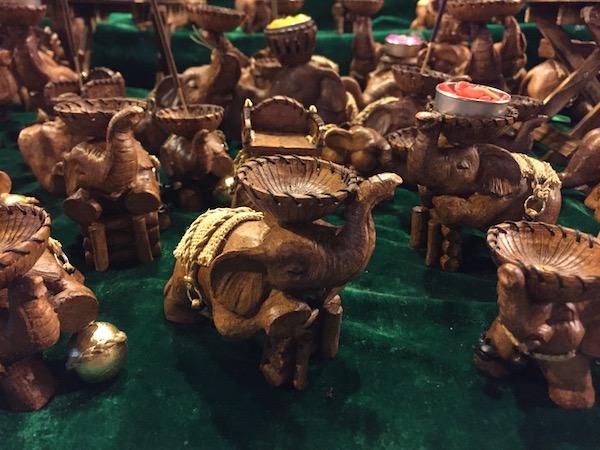 チェンマイサンデーマーケットで売っている象の小物置き