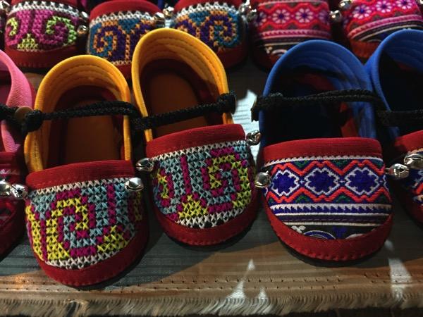 サンデーマーケットで売っている刺繍の子供靴