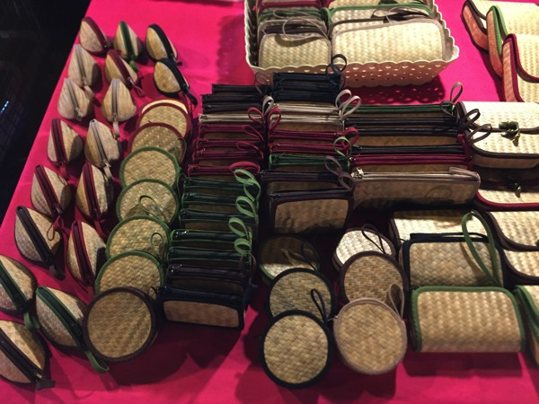 サンデーマーケットで売っているアロマセット竹編の小銭入れ