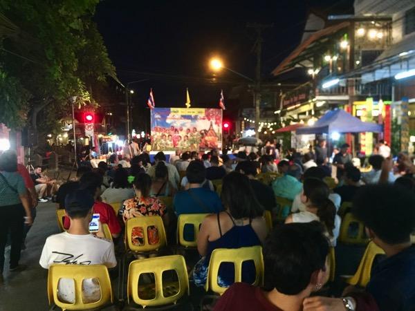 チェンマイ門のびっこタイ舞踊のステージ