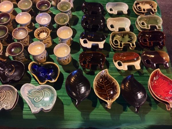 サンデーマーケットプラポックグラー通りのお土産-醤油皿とアロマ台