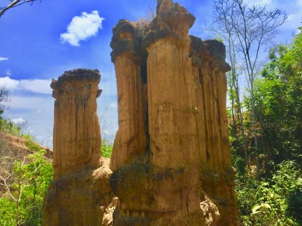 メーワン国立公園内にある大峡谷パーチョーのサオロマンと呼ばれる崖の柱
