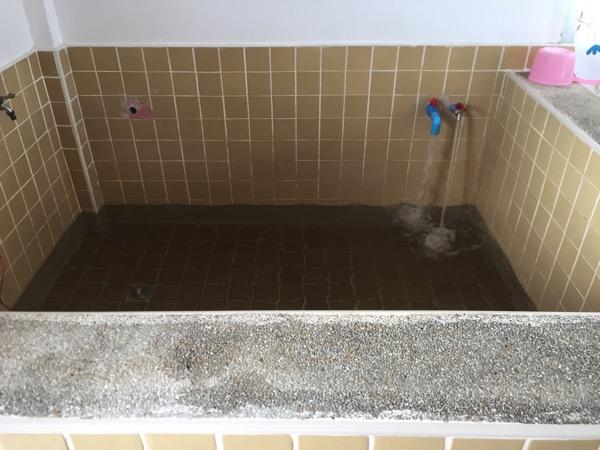 ドイサケット温泉の個室の浴槽