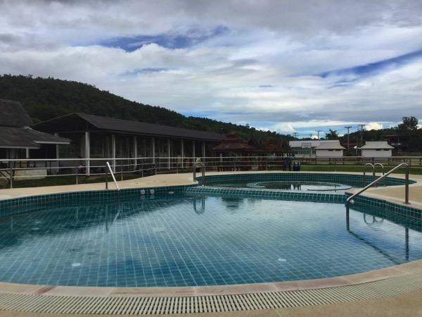 ドイサケット温泉の温水プール