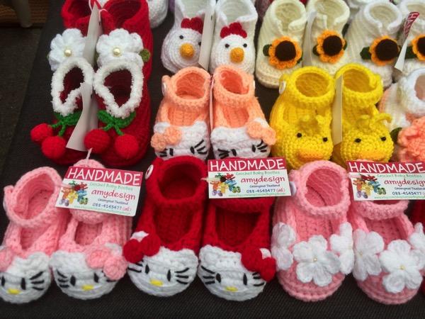 サンデーマーケットで売っている鍵編みの子ども靴
