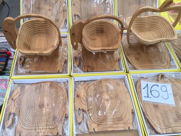 チェンマイサンデーマーケットで売っている木製の小物入れ